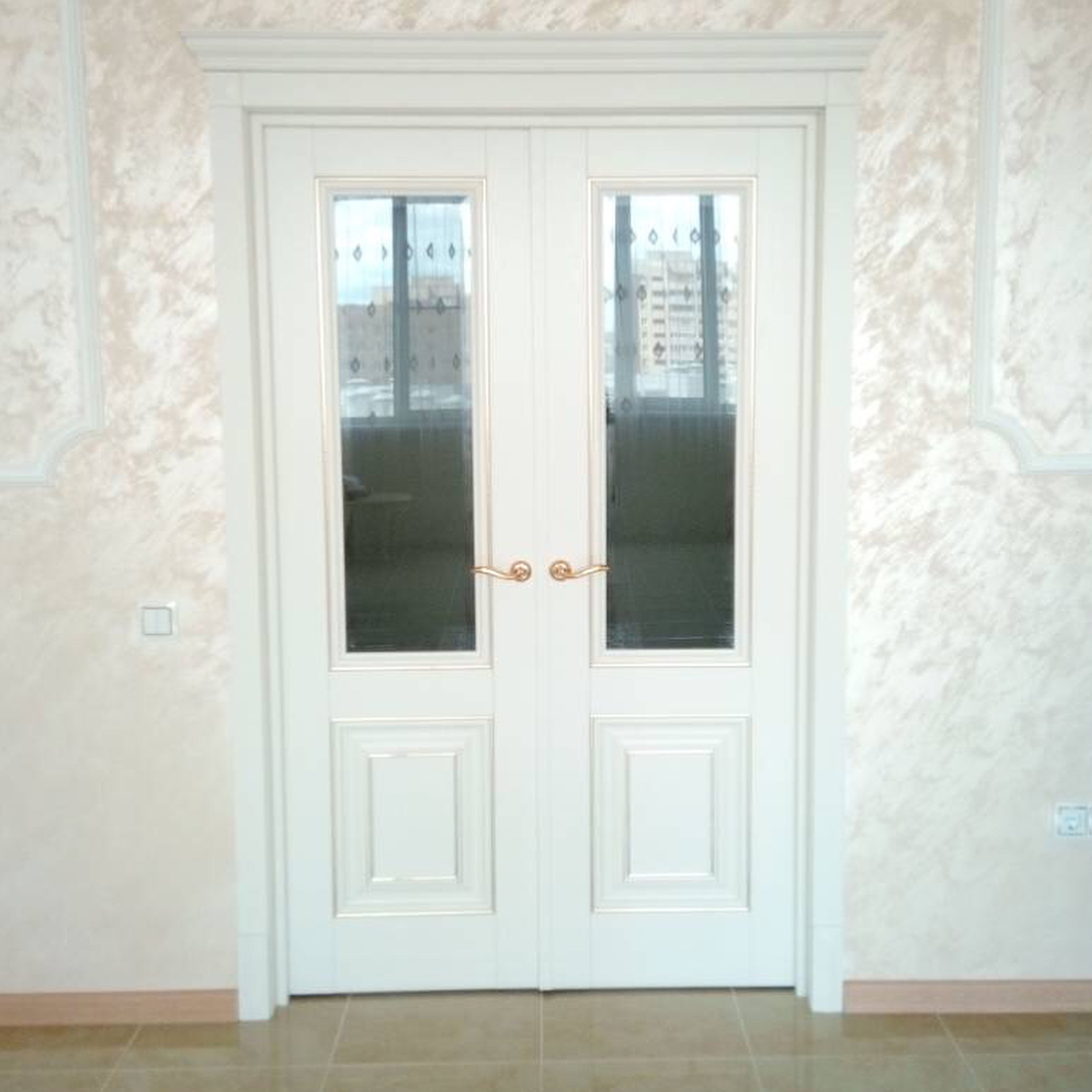 Белые двустворчатые двери